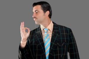 venditore-di-occupazione-baffi-profilo-uomo-con-tuta-e-gesto-di-cattivo-gusto-ok-in-mano
